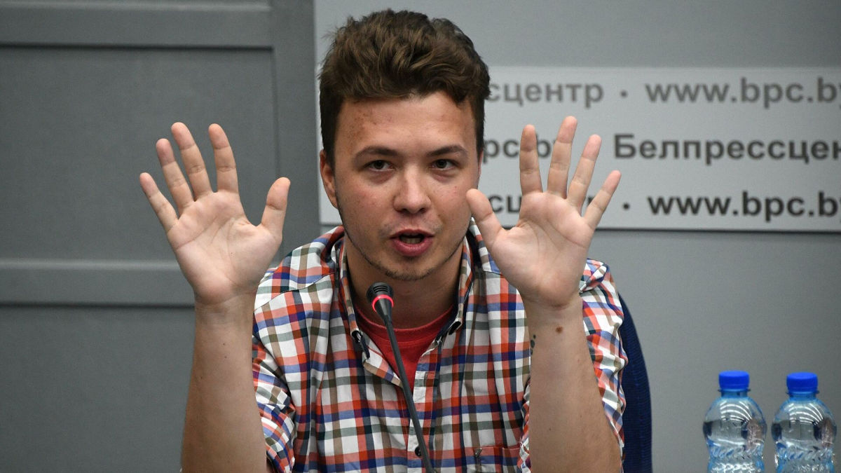 """Протасевич объяснил ссадины от """"пыток"""" на руках в """"покаянном интервью"""": """"Это следы от стяжек"""""""