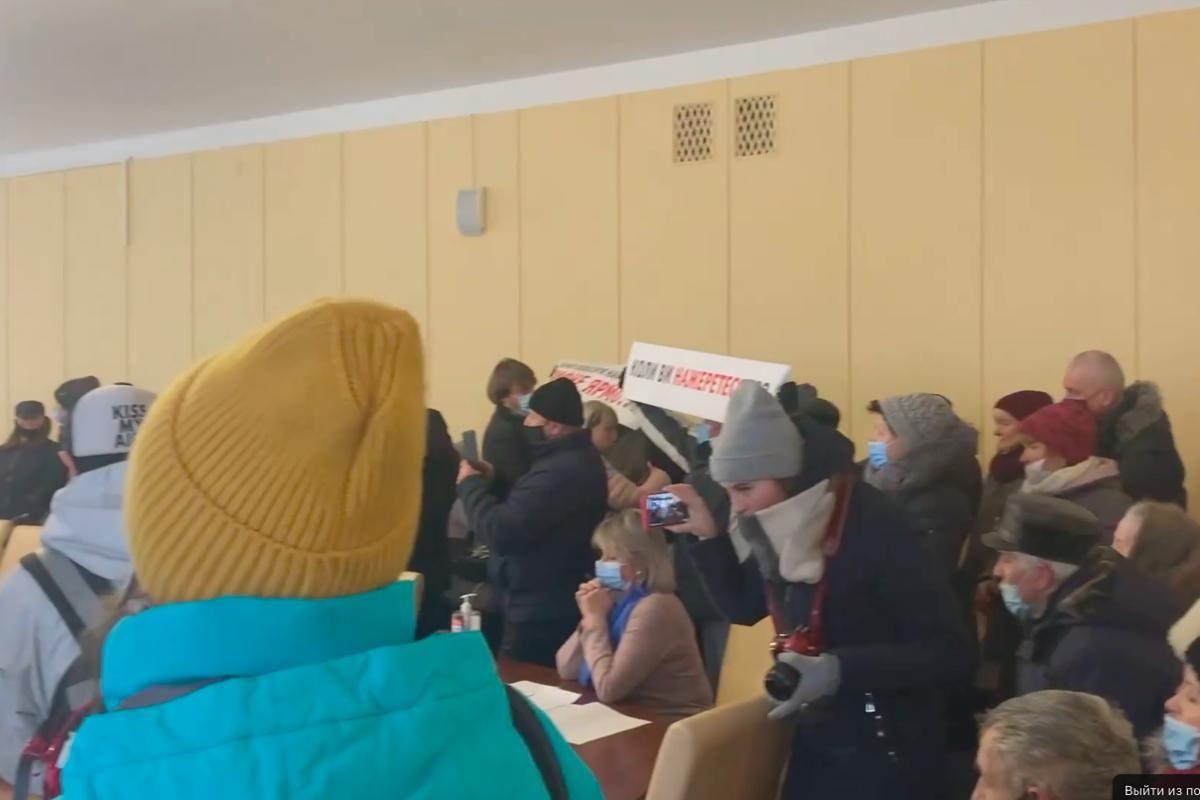 """""""Ганьба"""", - в Житомире десятки протестующих ворвались в облсовет и требуют снизить тарифы"""