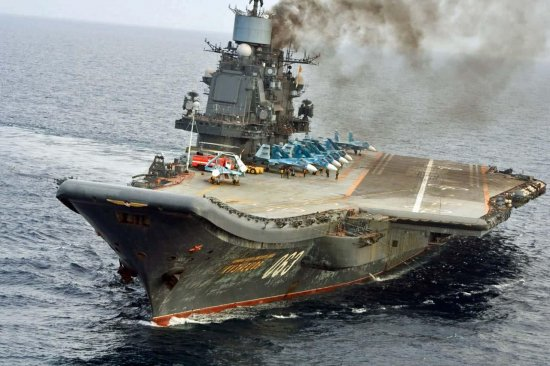 """В Интернете смеются над """"грозой Запада"""" – российским авианосцем """"Адмирал Кузнецов"""", задымившим """"акваторию"""" Ла-Манша: """"На чем это работает, на угле или дровах?"""""""