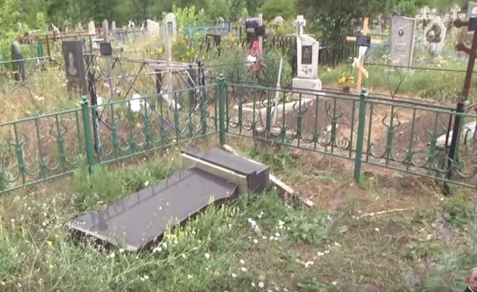 """Кадры с разгромленных кладбищ боевиков на Донбассе: у сепаратистов истерика, во всем """"виновата"""" Украина"""