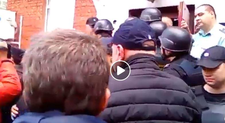 """""""Путин, ты фашист, у нас нет слов"""", - кадры, как в Москве полиция бьет жильцов общежития и не щадит даже детей"""