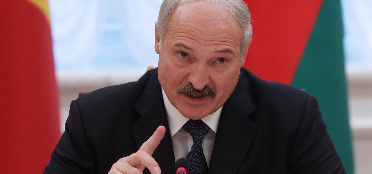 """Лукашенко жалуется, что Россия постоянно """"наклоняет"""" Беларусь"""