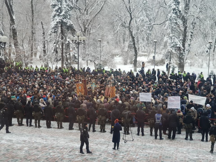 Прихожане и священники УПЦ МП митингуют под Верховной Радой - кадры