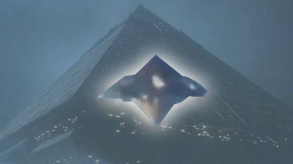 НЛО в форме треугольника: жители США заметили в облаках аномальный объект