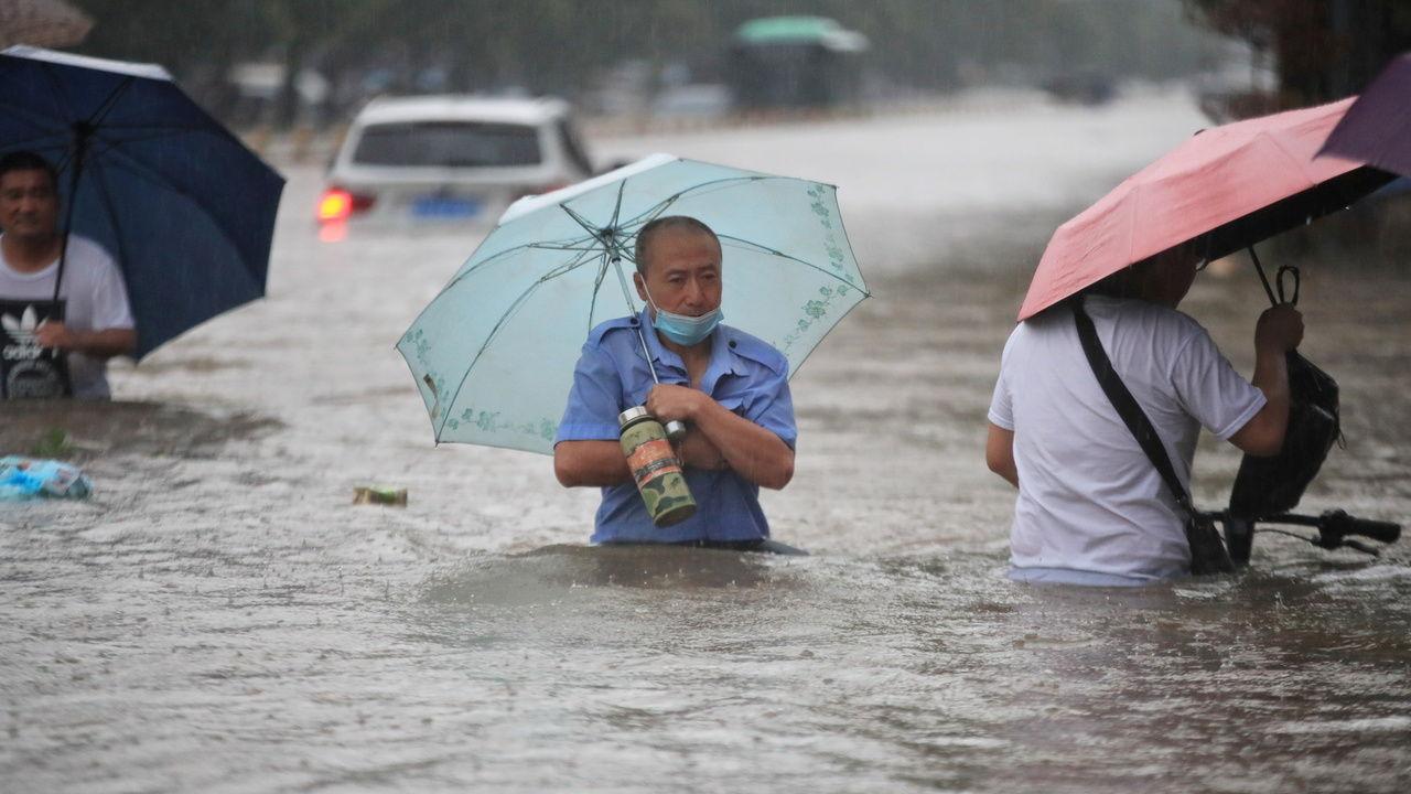 Масштабные наводнения в Китае привели к затоплению метро: десятки пострадавших и жертв