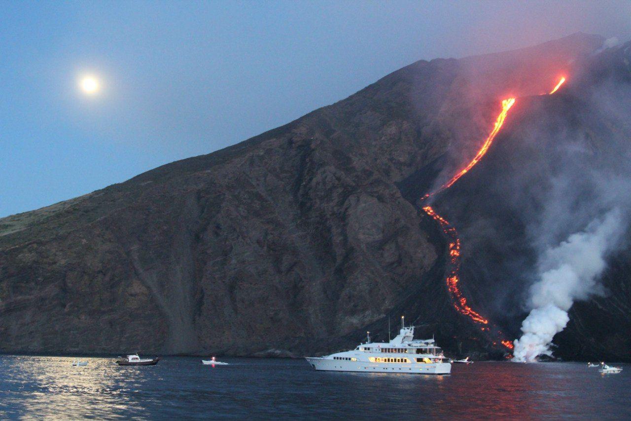В Италии извергается популярный среди туристов вулкан Стромболи