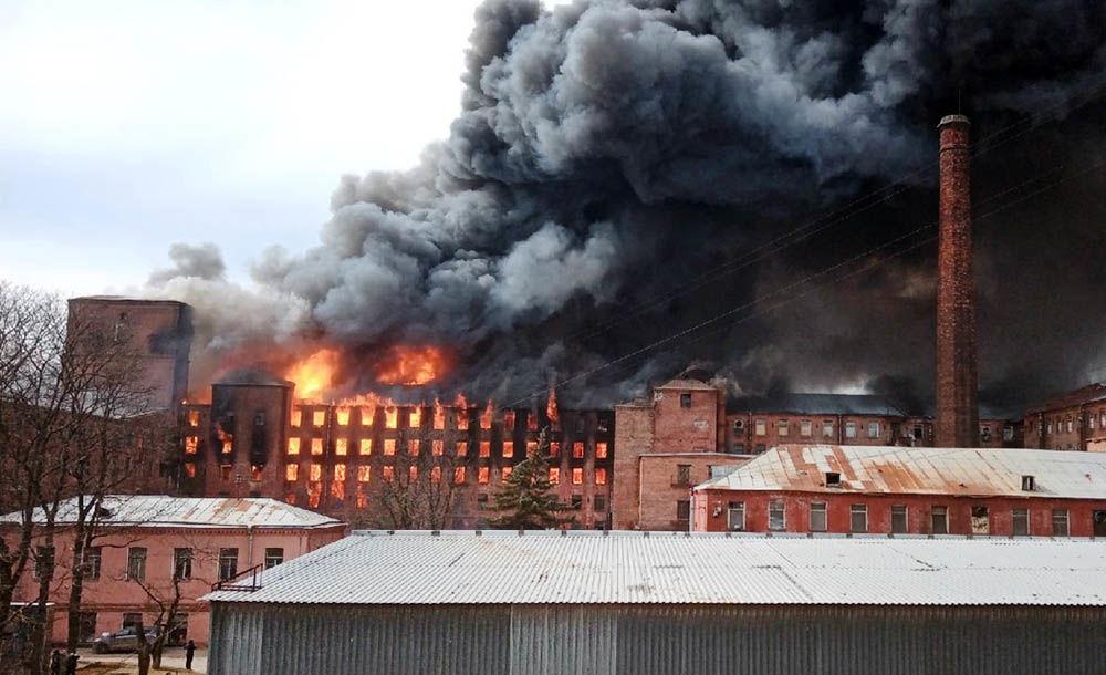 В Санкт-Петербурге мощный пожар на фабрике: командир пожарных погиб в горящем здании, город накрыло черным дымом