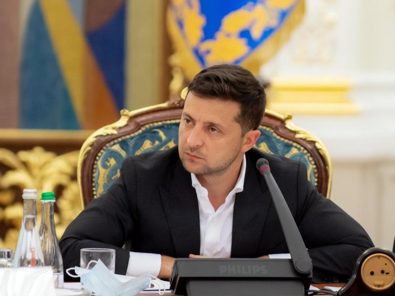 СМИ показали все 5 вопросов Зеленского на опрос 25 октября