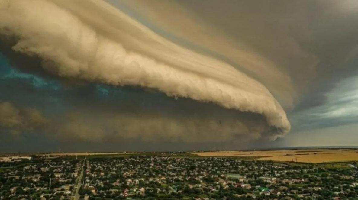 """""""Воздушное цунами"""" накрыло запорожский курорт: необычное явление засняли туристы"""