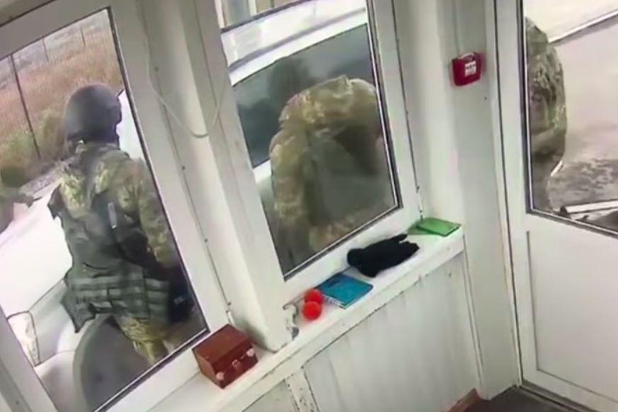 """На """"Чонгаре"""" водитель таранил КПВВ, пытаясь прорываться в Крым, - инцидент попал на видео"""