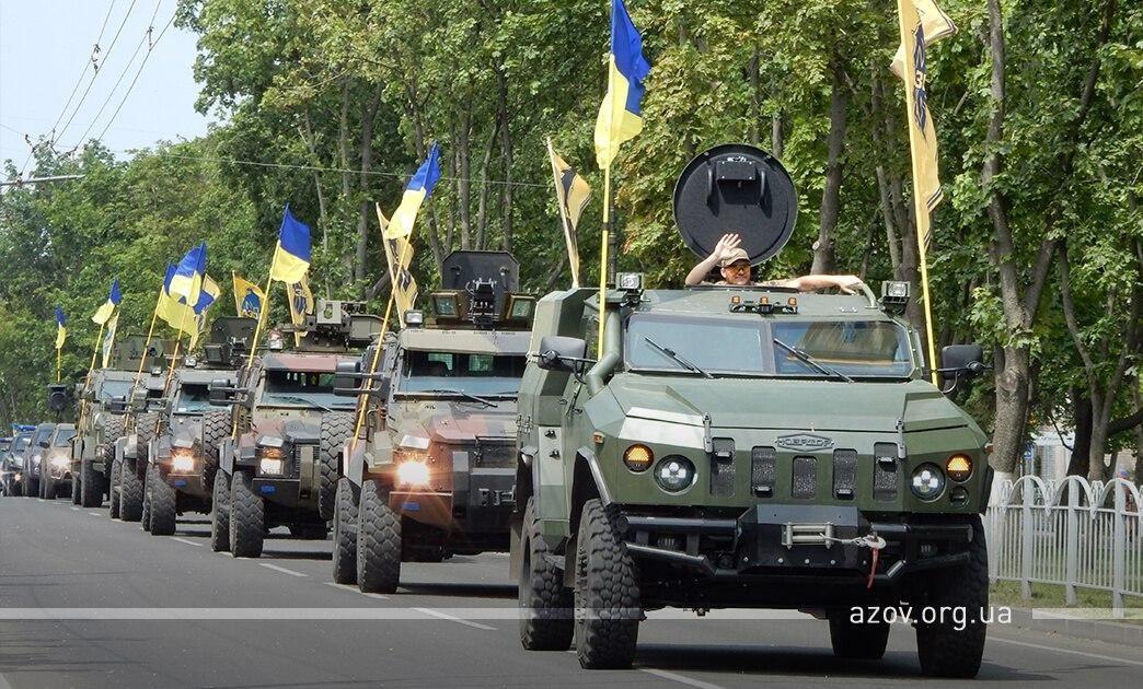 """В Мариуполе идет военный парад ВСУ в честь освобождения от """"ДНР"""": люди скандируют """"Слава Украине!"""""""