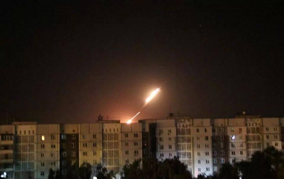 В оккупированном Донецке идет бой - слышны звуки канонады. В Александровке горят дома