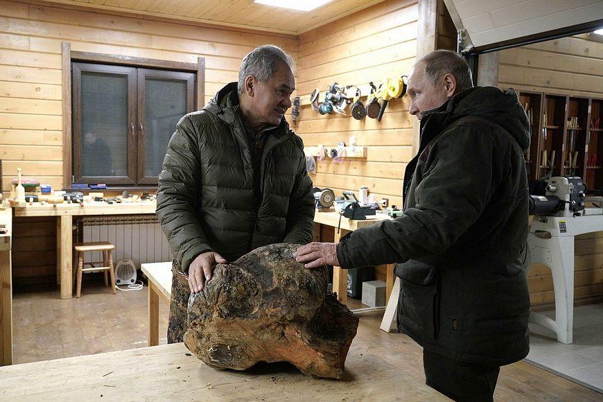 """На фото Путина в тайге заметили """"странность"""" с руками: """"Я не врач, но тут что-то не то"""""""