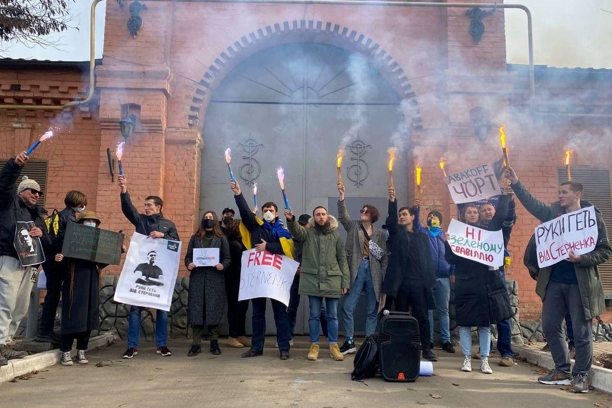У СИЗО Одессы, где держат Стерненко, зажгли файеры - активисты требуют свободу