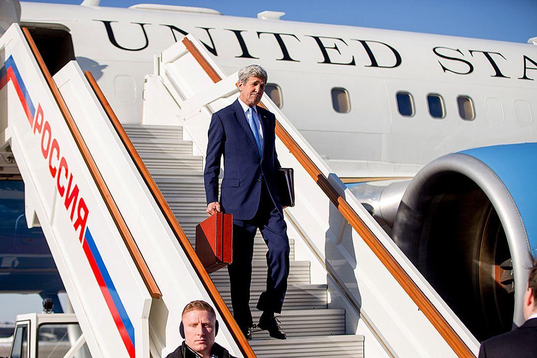 Керри приехал к Путину с чемоданом: залезайте, мистер президент, транзитом через Украину заберу вас в США