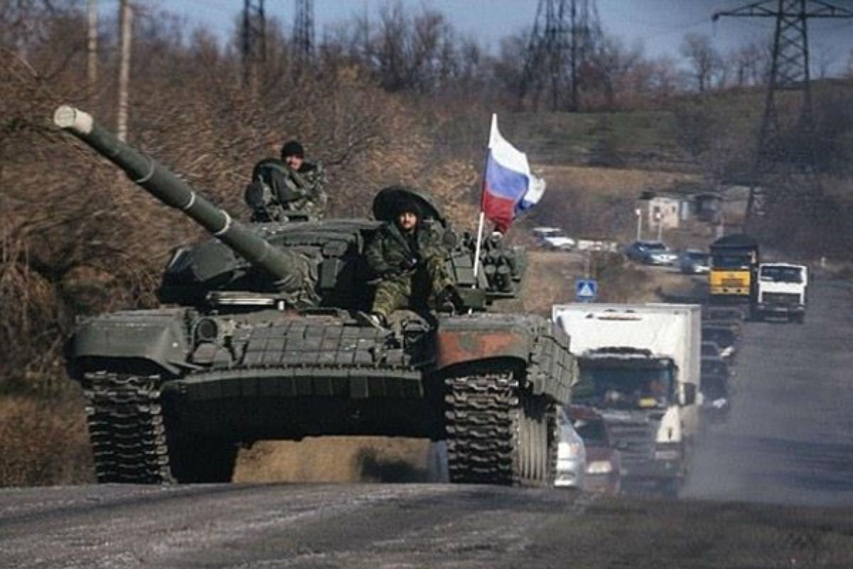 Более 15 российских танков проехались по улице Луганска: в Сети поделились роликом