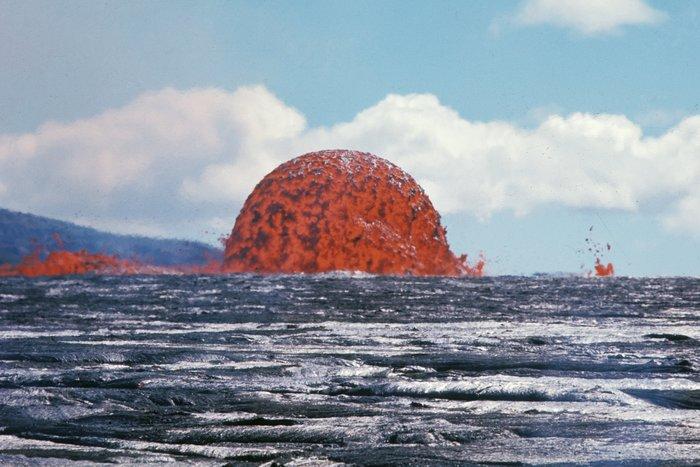 Гигантский лавовый шар извергающегося вулкана Килауэа поразил пользователей Сети – кадры