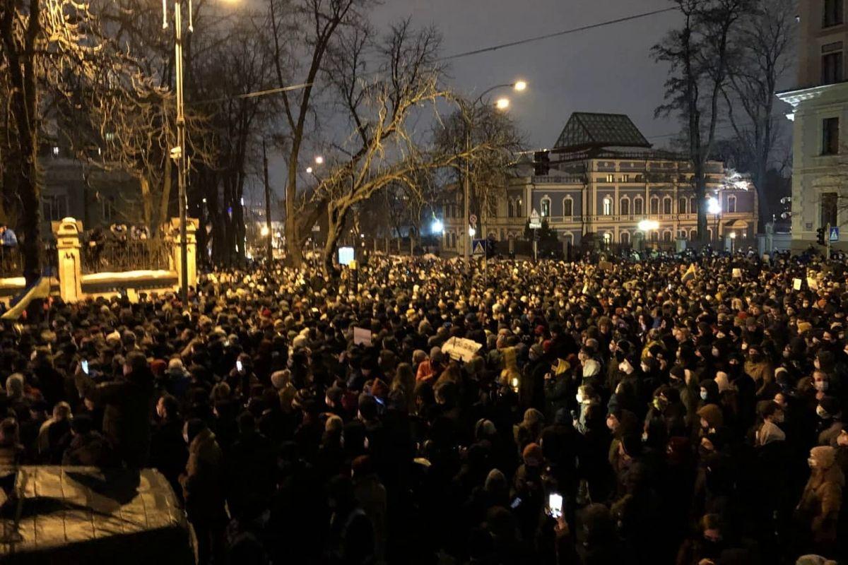 Столкновения под ОП: сторонники Стерненко пытаются прорвать оцепление силовиков, в ход идут файеры и петарды