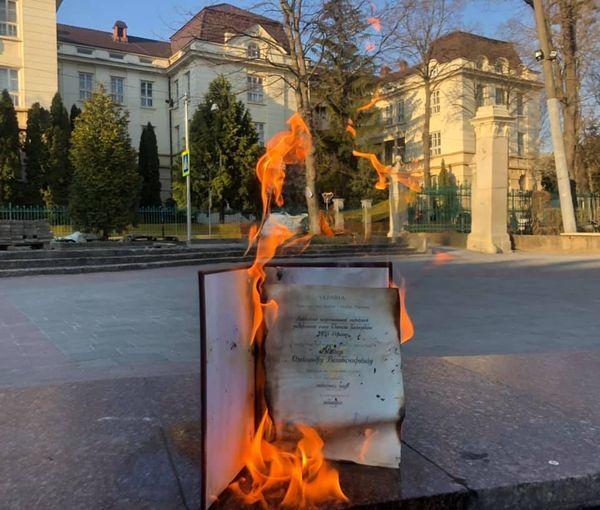 Кандидат медицинских наук Ябчанка сжег публично свой диплом из-за диссертации Кивы