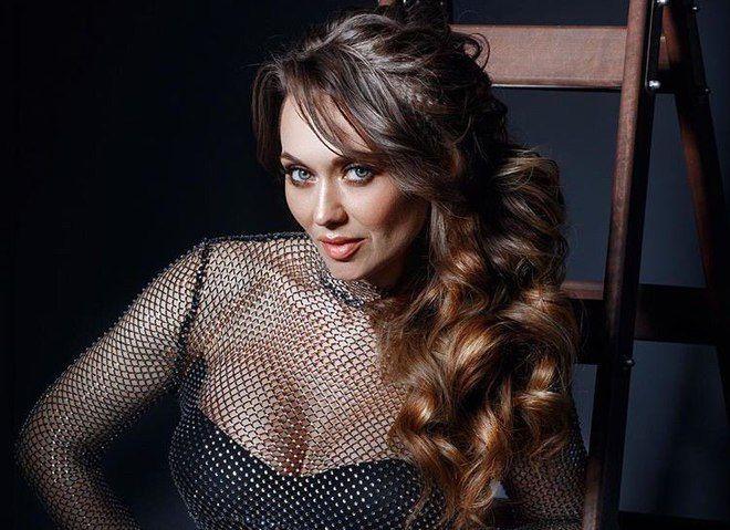 "Жена продюсера ""95 квартала"" Саливанчук появилась в лаковом плаще на голое тело"