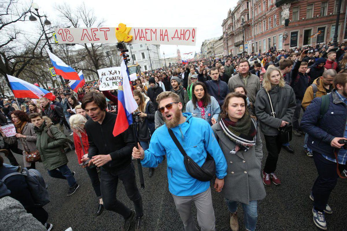 Самодельные баррикады и драки с ОМОНом: появились кадры жестких протестов в Петербурге
