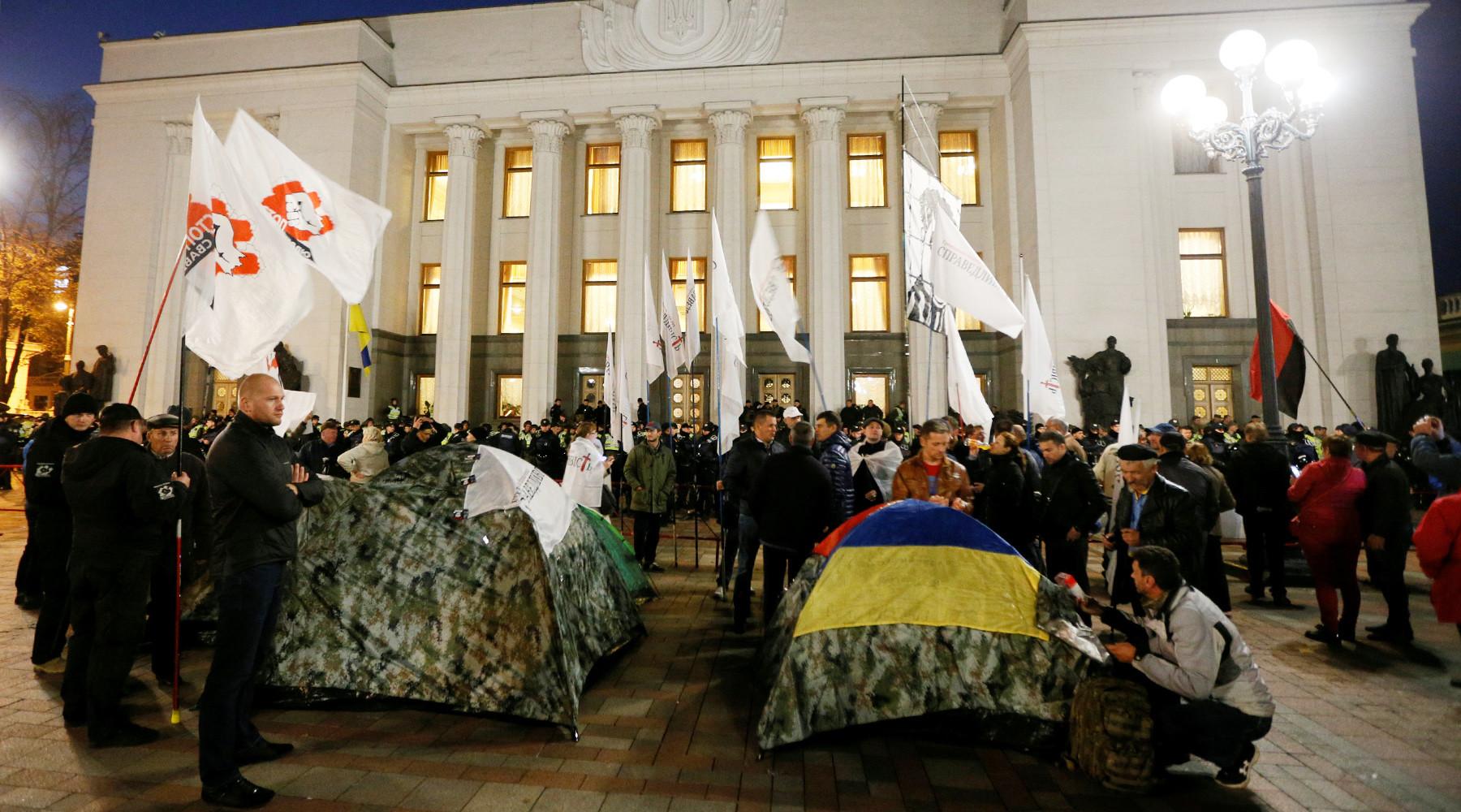 Ночной протест возле Рады: активисты рассказали, как накажут нардепов, если они провалят голосование за закон о снятии неприкосновенности