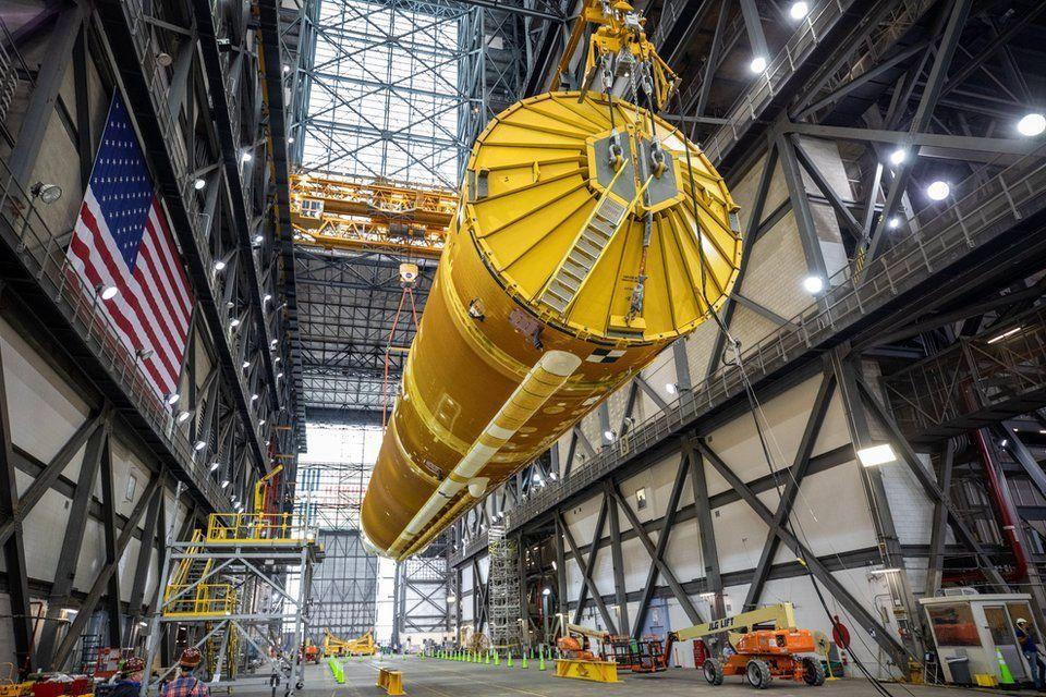 """Больше статуи Свободы: NASA показало 65-метровую """"мегаракету"""" SLS для полета на Луну"""