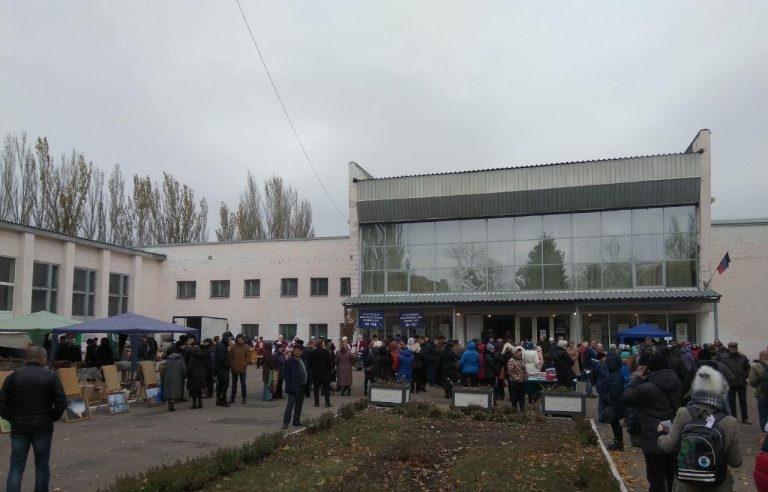 """В """"ДНР"""" по старинке заманивают людей на """"выборы"""" бесплатной едой, песнями и танцами - первые кадры с участков"""