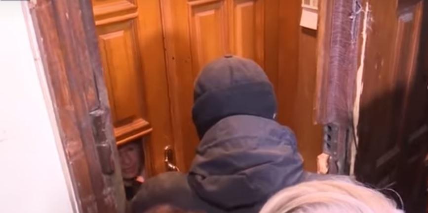 """""""Помогите! Меня убили!"""" - в Киеве провели обыск у матери покойной """"регионалки"""" Бережной - та покусала СБУшника"""