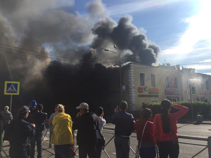 В России сильно полыхает популярный торговый центр: опубликовано первое видео, много пожарных и техники