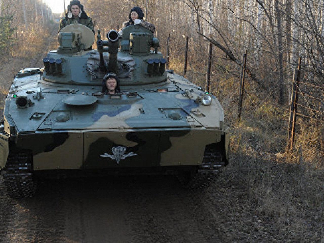"""Российские военные врезались в """"КамАз"""" при перевозке бронетехники – дорога под Симферополем заблокирована"""