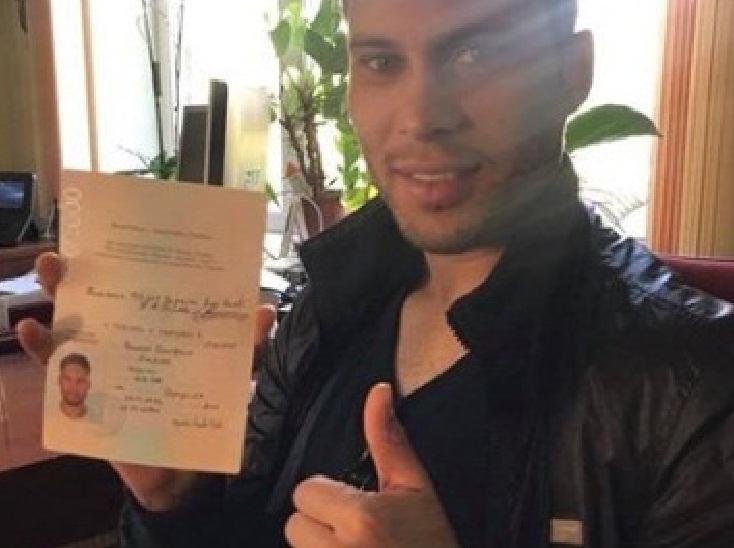 Марлос – гражданин Украины: в Сети появились фото бразильца с украинским паспортом - кадры