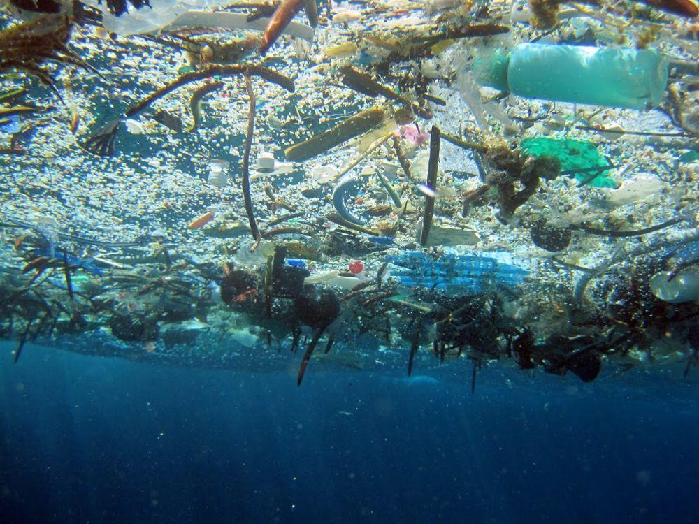 """Дрейф """"Тихоокеанского мусорного континента"""": в океане появилось громадное образование из отходов – кадры"""