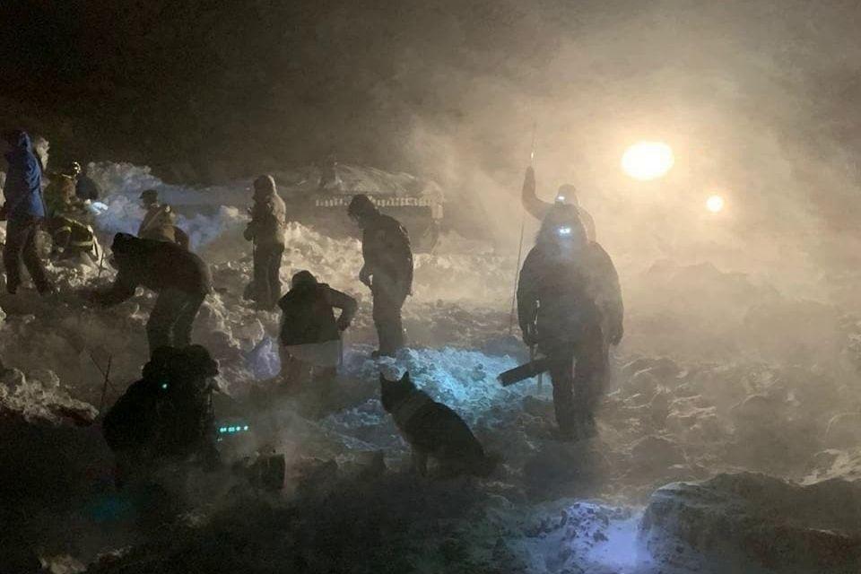В России лавина сошла на горнолыжную базу – дома и люди погребены под глыбами снега