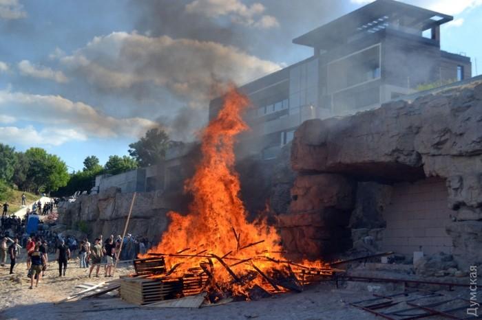 Одесские активисты разнесли ограду пляжа  местного миллионера