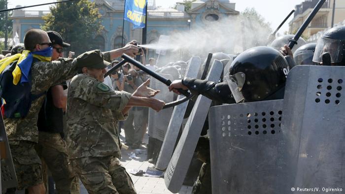 Три военных, раненых под Радой, находятся в тяжелом состоянии, - Богомолец