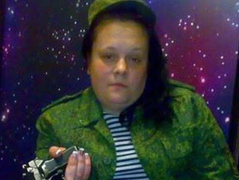 """""""Это что, женщина"""", - соцсети не могут прийти в себя от фото сторонницы боевиков """"ДНР"""" - кадры"""