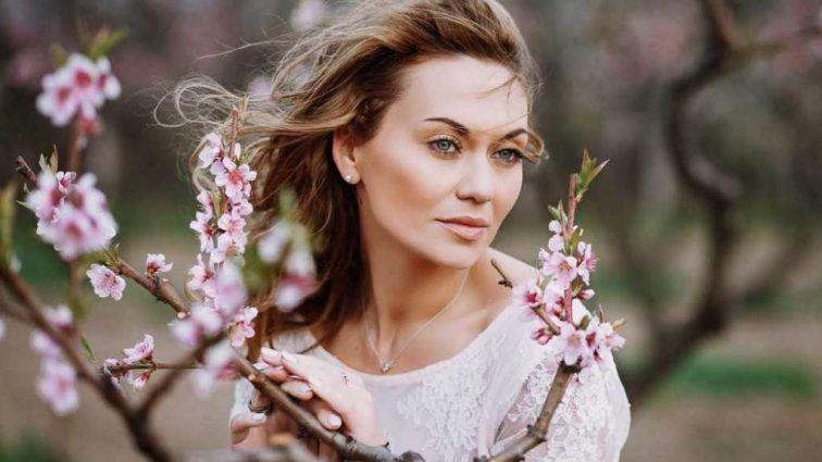 """Жена продюсера """"95 квартала"""" Саливанчук разделась перед камерой, едва прикрыв прелести цветами"""