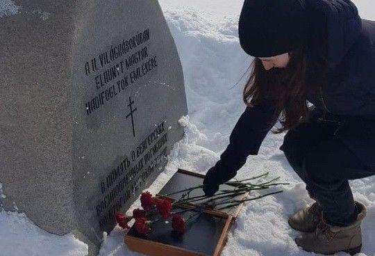 """В России активисты """"МГ Единой России"""" торжественно возложили цветы на могилу гитлеровских фашистов: разразился скандал"""