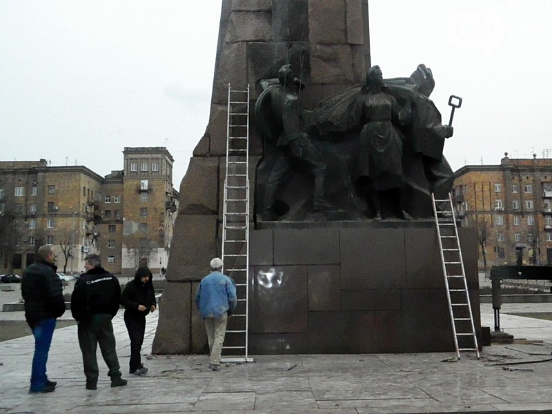 Демонтаж запорожского Ленина продолжается: с памятника один за другим сбивают горельефы