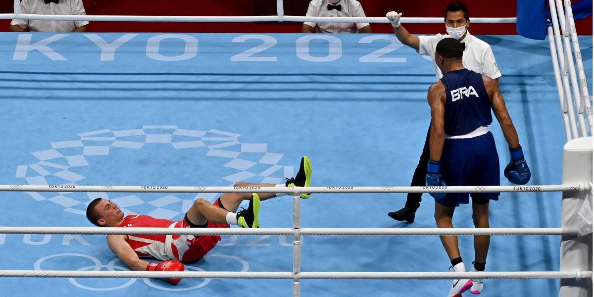 Появилось видео нокдауна Хижняка в бое за чемпионство ОИ-2020: арбитр посчитал, что это нокаут
