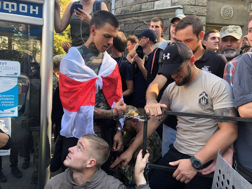 """""""Обещал – выполняй!"""" - активисты из Нацкорпуса обратились к Луценко и приковали себя наручниками к забору, кадры"""