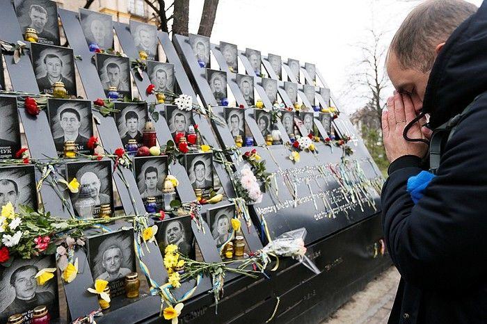 Лучи достоинства: в Киеве память Героев Небесной сотни почтили необычным образом