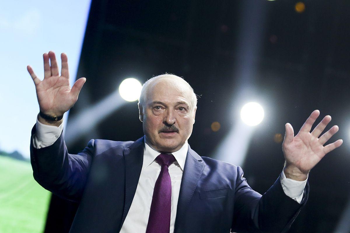 """""""Их хотели сжечь"""", – Лукашенко рассказал свою версию отъезда Тихановской в Литву"""