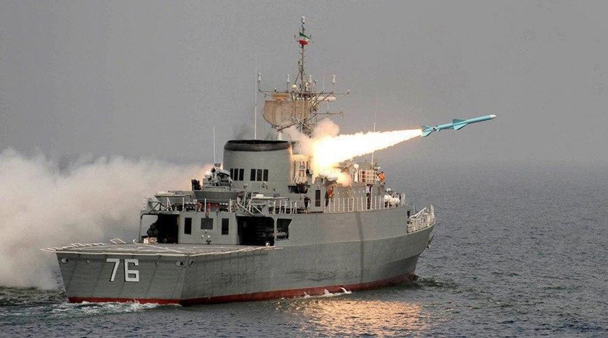 Иранский эсминец Jamaran утопил собственный  фрегат Kanarak ударом ракеты, кадры