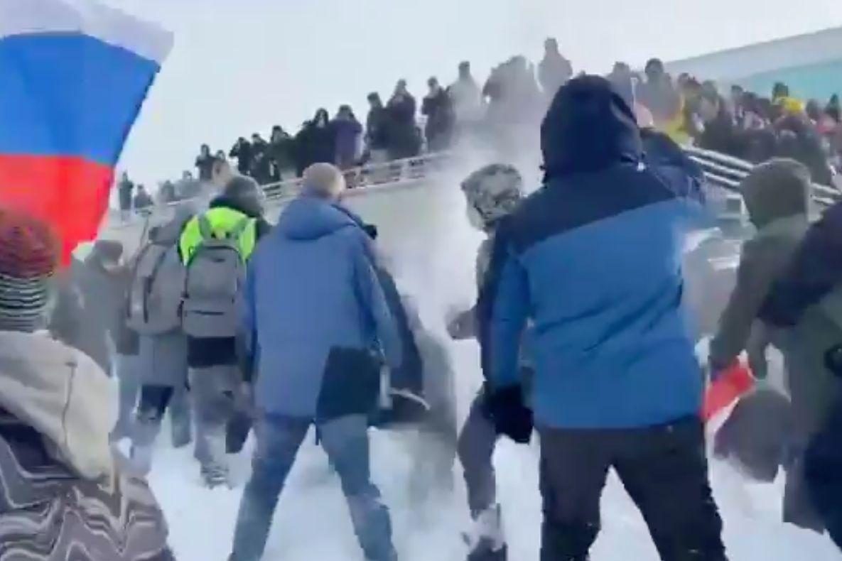"""В Уфе протестующие забросали снегом ОМОН, скандируя: """"Позор"""". Момент попал на видео"""