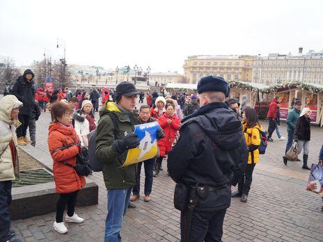 """""""Крым – это Украина"""", - в Москве активист в одиночку провел пикет против России"""