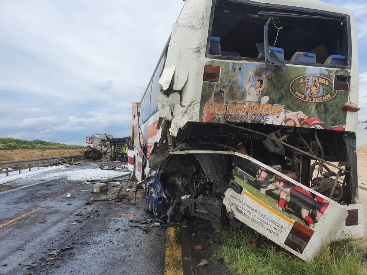 """В Польше автобус """"Запорожье-Свиноуйсьце"""" с 40 украинцами попал в серьезное ДТП"""