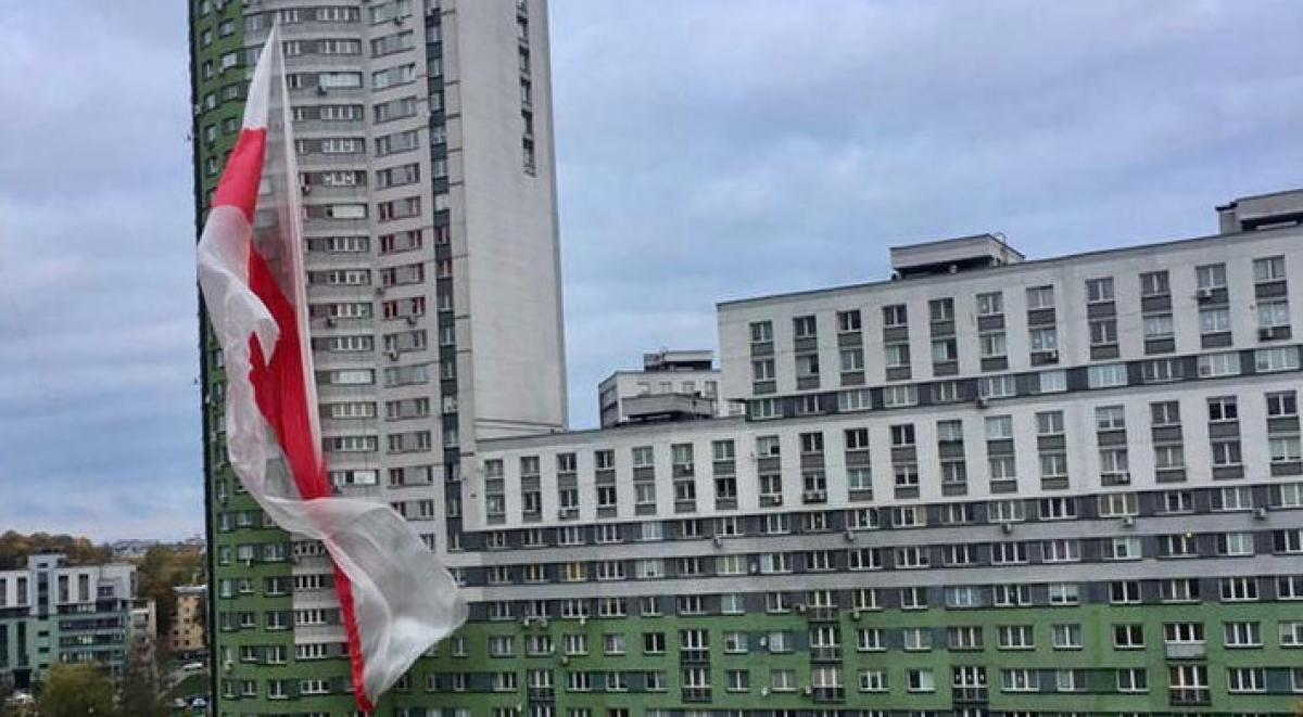 "На жилкомплексе ""Каскад"" в Минске вывесили огромный БЧБ-флаг: на место приехали силовики"