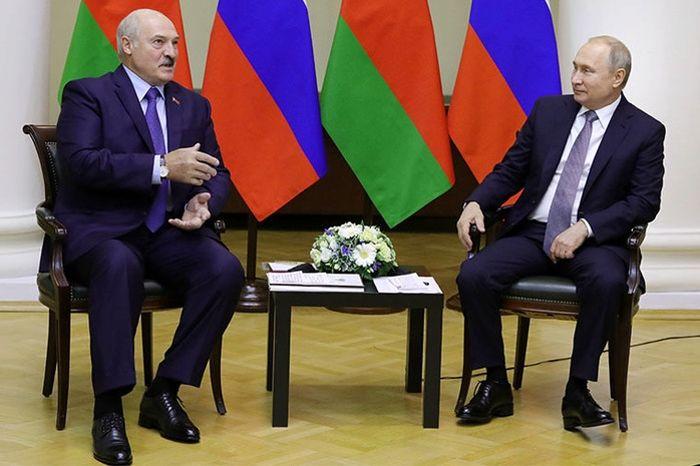 """""""Единственное окно в Европу"""", - эксперт РФ сказал, зачем Путин позвал на встречу Лукашенко"""